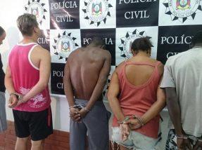Na imagem, cinco das oito pessoas que foram presas
