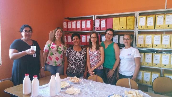 Secretária Adriana (E) acompanhou o processo de degustação dos produtos juntamente com a equipe da Emater e a nutricionista Cintia