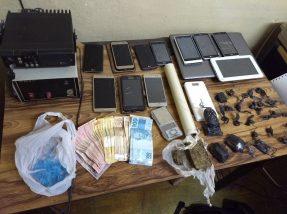 Drogas, celulares e dinheiro foram apreendidos