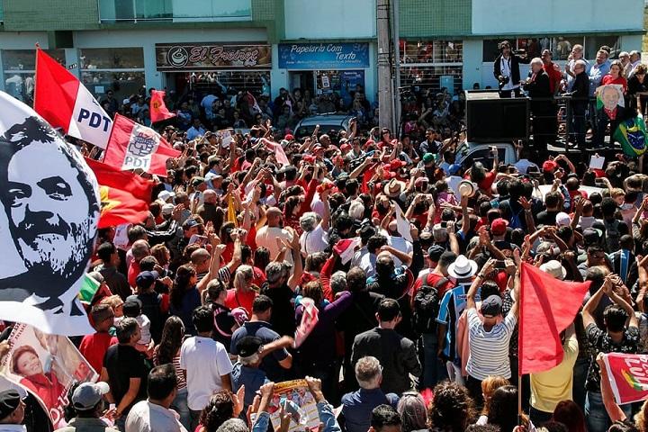 Ex-presidente Lula recebeu manifestações de carinho