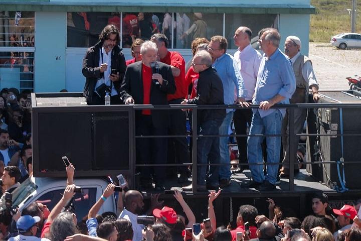 Lula discursa em frente ao prédio central da Unipampa