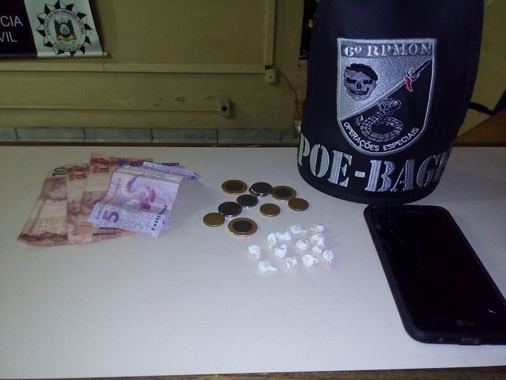 Crack, celular e uma pequena quantia em dinheiro foram apreendidos