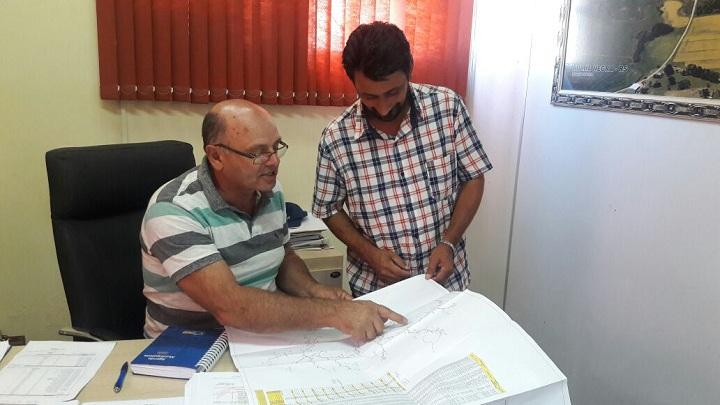 Prefeito Renato Machado e o responsável pelo abastecimento, Moises Abreu,  mostraram através da planta como se daria o processo