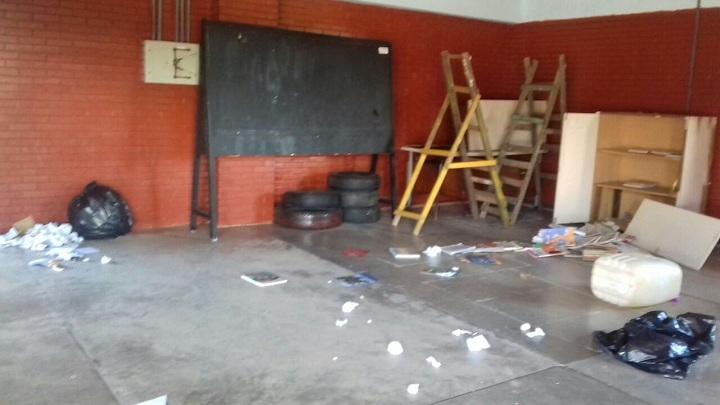 Armário foi quebrado e livros estavam espalhados pelo chão