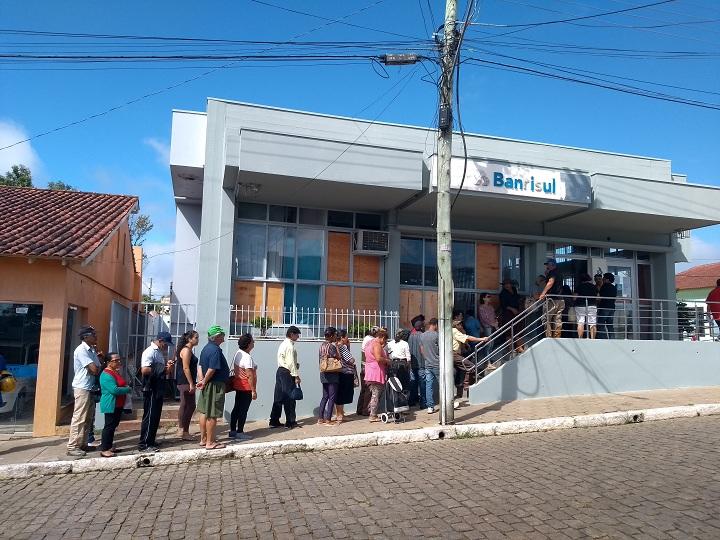 Clientes continuam enfrentando extensa fila para poder sacar dinheiro