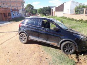 Carro estava com placas adulteradas e não havia ninguém em seu interior