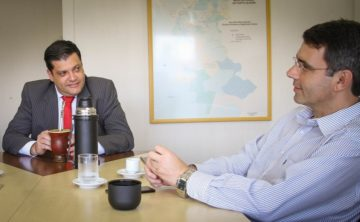 Fábio Branco (D) e Sandro Boka (E), durante reunião na Secretaria de  Obras Públicas, em Porto alegre, para tratar da obra da escola Jerônimo