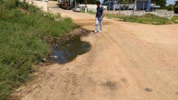 Rua que dá acesso ao prédio do INSS também  apresenta dificuldades na trafegabilidade