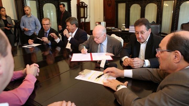 Assinatura da prorrogação dos prazos aconteceu no Palácio Piratini