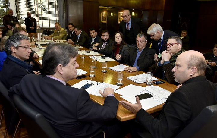 Juliano Rosso (D) pediu vistas do projeto durante reunião da Mesa Diretora da AL