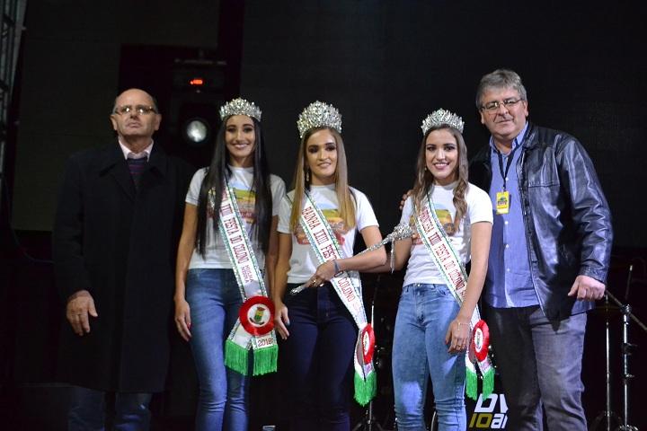 Natasha, Camila e Michele posaram para foto com o prefeito Renato Machado e o vice, Igor Canto