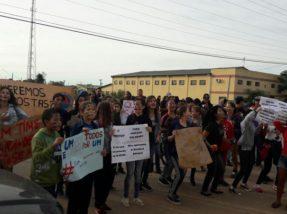 Alunos se aglomeraram inicialmente na via pública em frente a Prefeitura