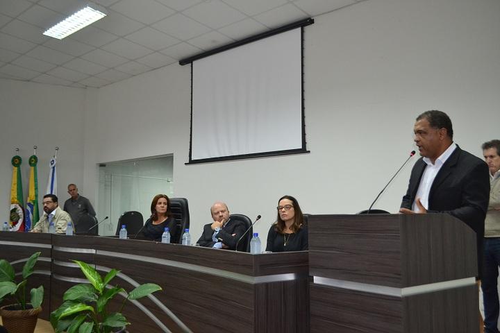 Vereador Guilherme (falando) formulou o convite para a vinda de Marlon ao município