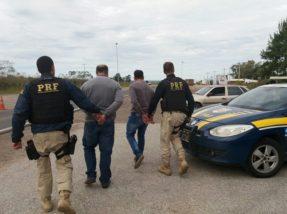 No veículo foram apreendidos indícios que eles estavam aplicando o golpe do bilhete premiado