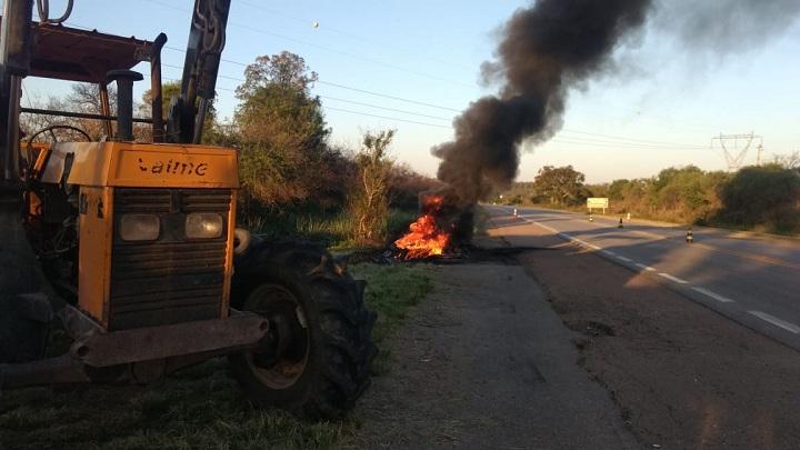 Pneus foram queimados no acostamento da BR-293 para intensificar o protesto