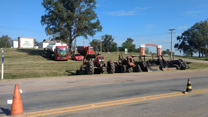 Caminhões e maquinários foram estacionados no trevo
