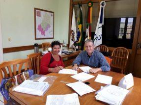 Contrato foi assinado no gabinete do prefeito Bebeto Perdomo