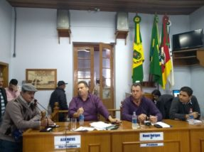 Morador da zona rural (E) se manifestou. Vereador Macega denunciou irregularidades