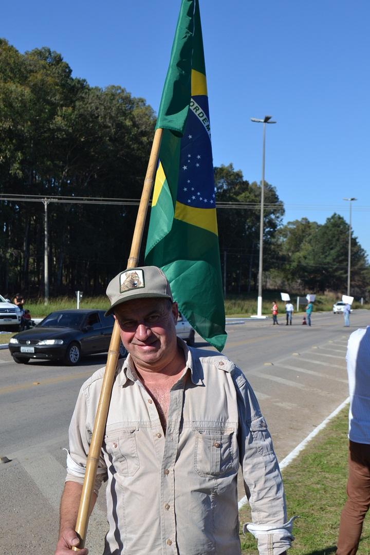 Eletricitário Sérgio Teixeira colocou sua bandeira do Brasil nas costas e foi para o trevo protestar