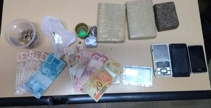 900g de maconha, cocaína, dinheiro, entre outras coisas foram apreendidos com os acusados
