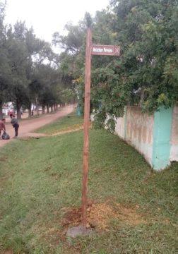 Cada placa contém identificação das ruas do cruzamento