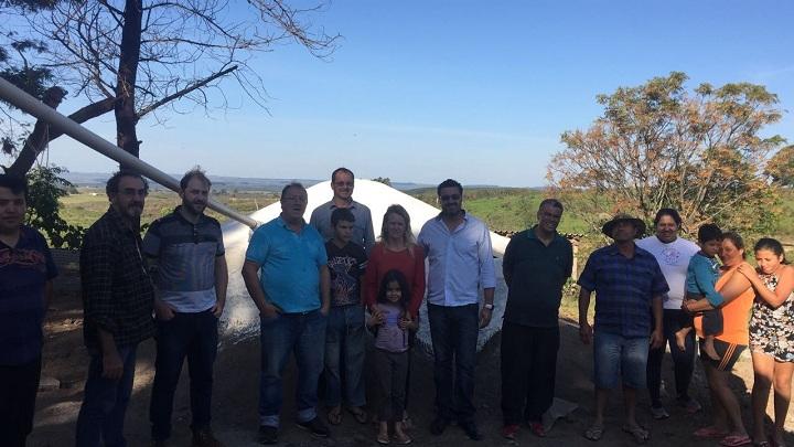 Prefeito, acompanhado de autoridades municipais, visitou a primeira  propriedade que recebeu o equipamento