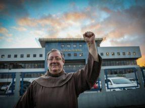 Frei Sérgio em frente à sede da Polícia Federal na capital paranaense