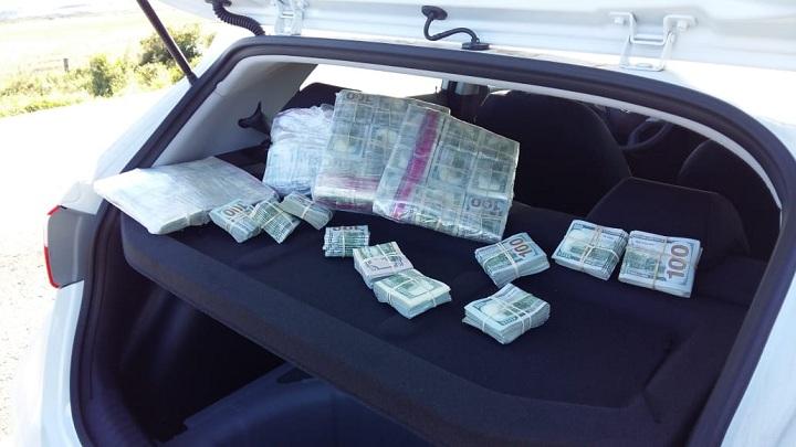Dinheiro estava escondido embaixo da estepe, no porta-malas do veículo