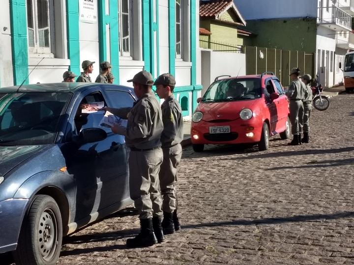 Os soldados realizaram abordagens por cerca de uma hora