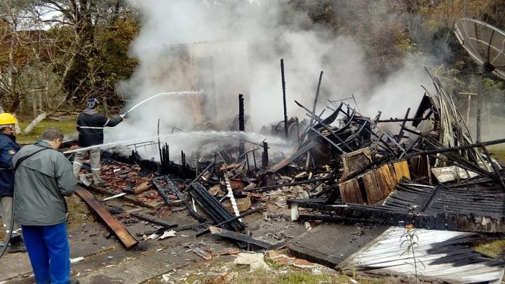 Funcionários de duas empresas que atuam no município ajudaram a debelar as chamas, que já havia consumido tudo