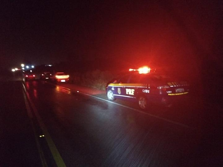A vítima, segundo informou a PRF, caminhava sobre a pista quando foi atingida