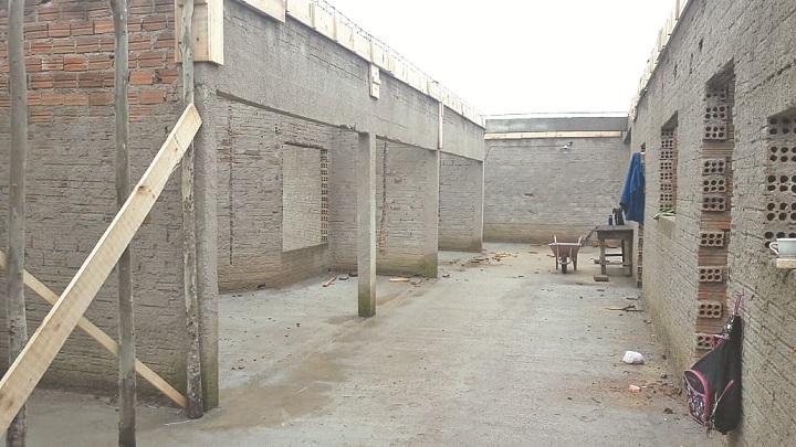 Estrutura já recebeu contrapiso e estruturas em madeira e ferragem para a viga de respaldo