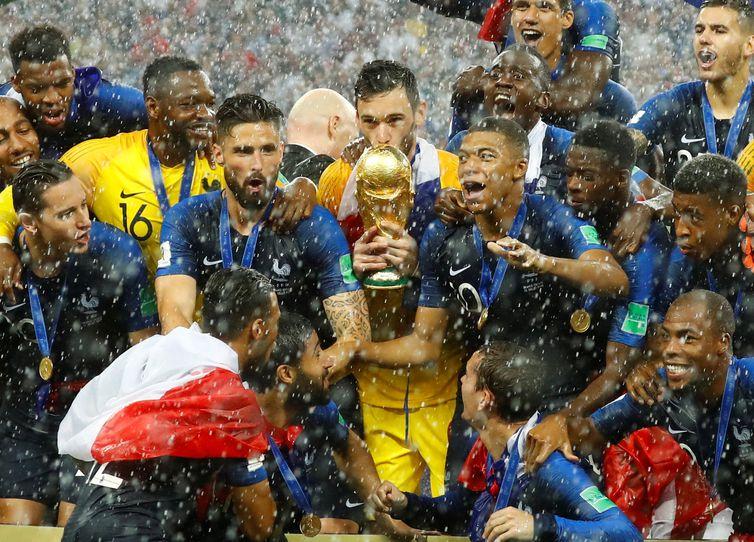 Franceses levantam a taça Fifa pela segunda vez na história