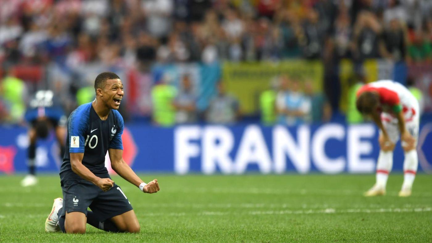 O atacante francês Kylian Mbappe comemora a vitória ao final da partida