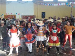 Turmas da escola Monteiro Lobato se apresentaram com danças que lembram os costumes caipiras