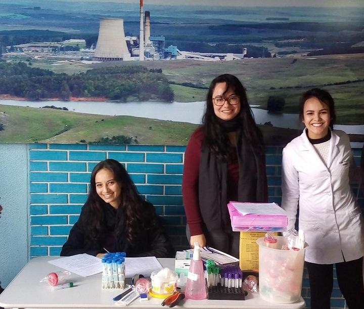 Doutoranda Melissa Rosa de Souza (D) está desenvolvendo a pesquisa