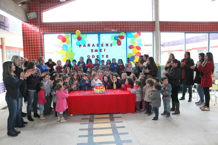 Grupo escolar cantou parabéns para a escola Odete