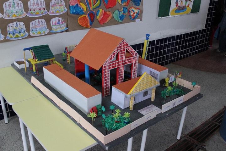 Uma maquete do prédio da escola foi confeccionada por alunos e professores