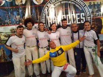 Mestre Bafo acompanhado dos capoeiristas espanhóis