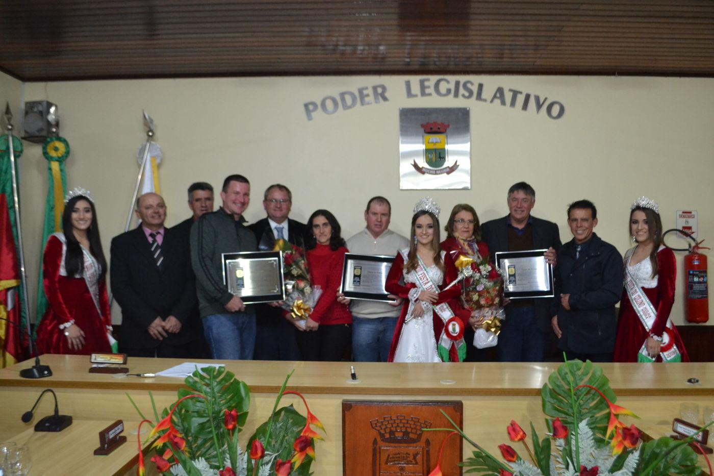 Homenageados posaram para foto oficial após a entrega dos Títulos de Honra ao Mérito