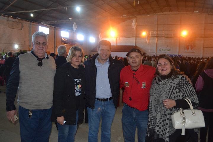 Ex-secretário Ernani Polo (C), visitou a festa e pode conferir o trabalho dos produtores locais