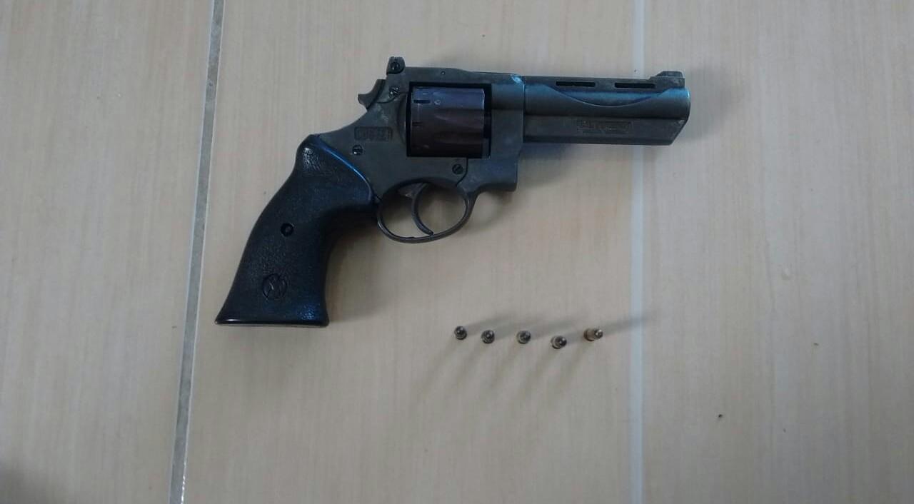 Arma calibre .22 foi aapreedida
