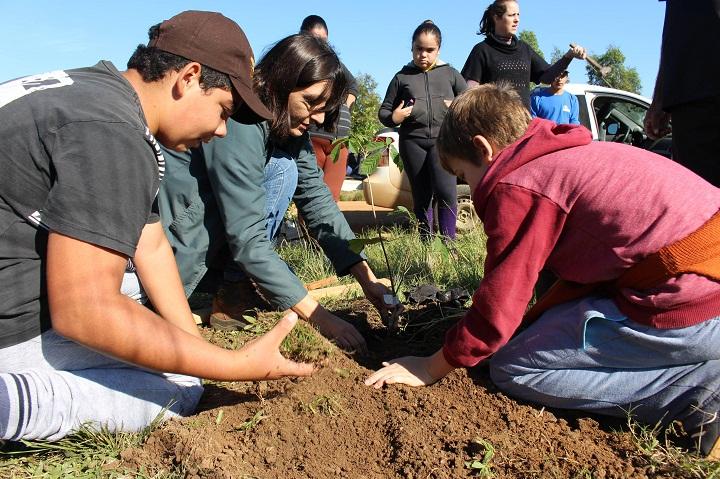 Uma atividade de plantio de árvores, semelhante a uma que será realizada na mesma comunidade, ocorreu no ano passado, em Seival