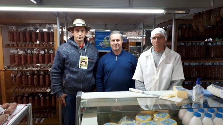 Produtor Élio (D) recebeu a visita do prefeito de Pedras Altas, Bebeto Perdomo (C)