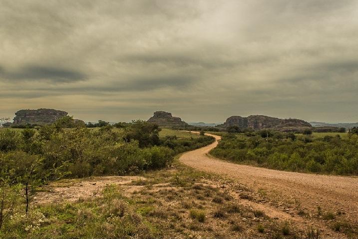 As Pedras das Guaritas são um imponente conjunto de morros testemunhos onde aelevação media do terreno fica acima dos 200 metros, e parede seu nome é utilizado para denominar essa região