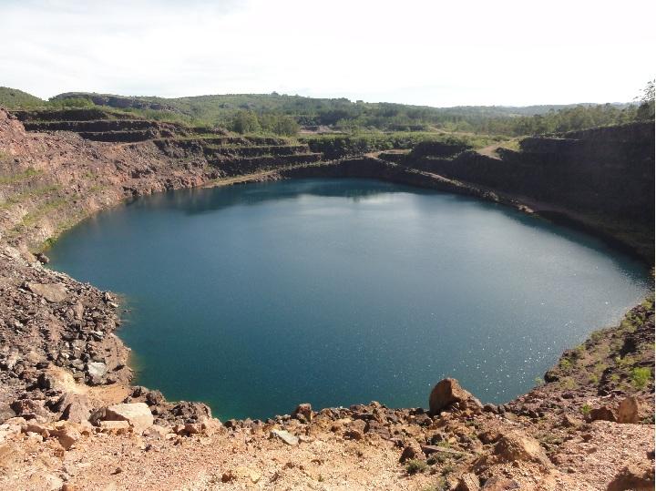 O geossítio Minas do Camaquã – Cava Uruguai, mostra uma extensa área minerada para extração de cobre em rochas sedimentares; suas operações foram encerradas em 1996. Nesse ponto, a altitude e de 215 metros. Na cava a céu aberto, devido as águas da chuva acumuladas ao longo dos anos, e pela estabilização do nível do lençol freático, formou-se um lago de cor azul